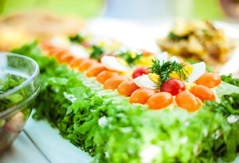 Bolo decorado do sanduíche com tomates e salada imagem de stock