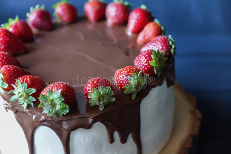 Bolo delicioso com morango fresca e a decoração escura do chocolate fotografia de stock royalty free