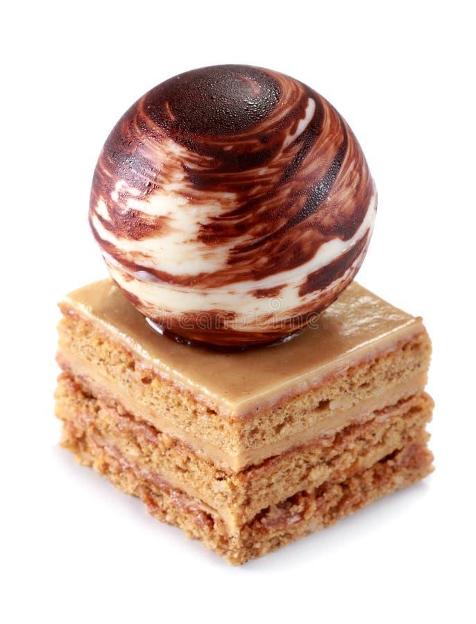Bolo delicioso do mocha com cobertura da bola do chocolate fotografia de stock royalty free