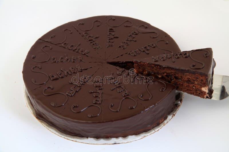Bolo delicioso do sacher do chocolate com um corte da parte do bolo do todo imagem de stock royalty free