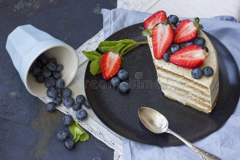 Bolo dietético com bagas Pedaço de bolo Sobremesa deliciosa, saudável T foto de stock royalty free