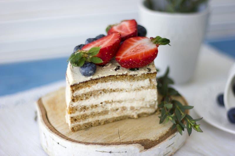 Bolo dietético com bagas Pedaço de bolo Sobremesa deliciosa, saudável T fotografia de stock royalty free