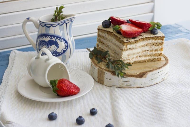 Bolo dietético com bagas Pedaço de bolo Sobremesa deliciosa, saudável T imagens de stock royalty free