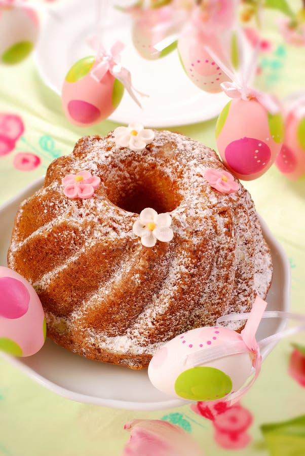 Bolo do anel de Easter imagens de stock
