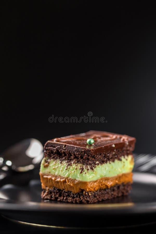 Bolo do biscoito do chocolate do close-up com creme do pistache e leite condensado fervido Copie o espaço foto de stock royalty free