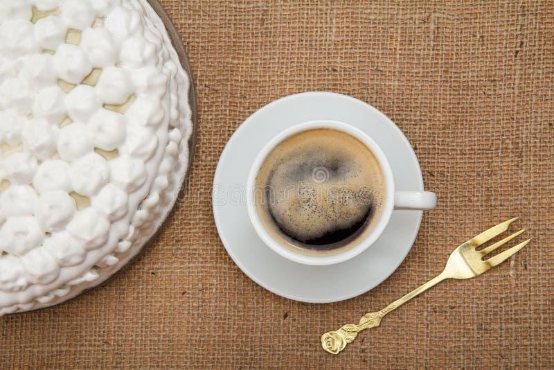Bolo do biscoito decorado com chantiliy, xícara de café e para fotos de stock