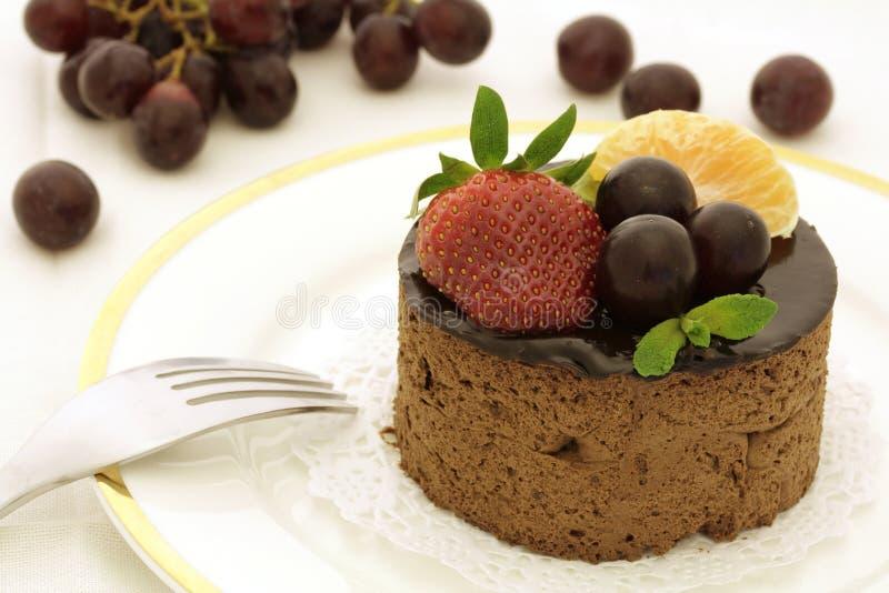 Bolo do chocolate e da fruta fotografia de stock