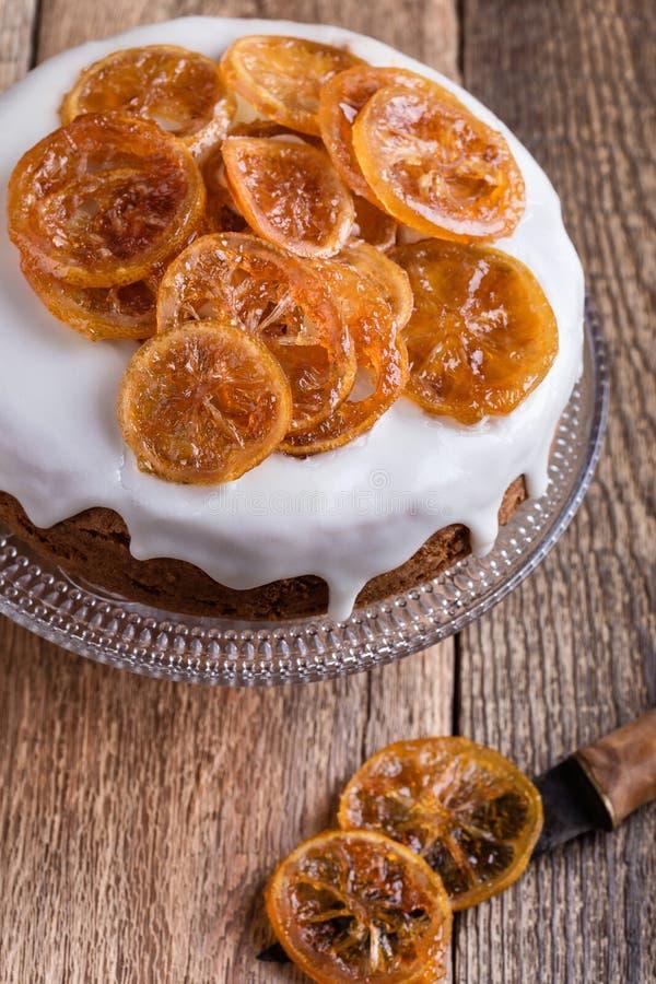 Bolo do citrino com fatias do esmalte do limão e do fruto cristalizado foto de stock royalty free