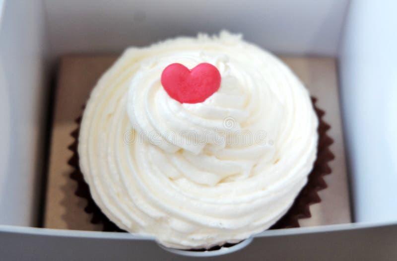Bolo do copo do coração para o dia de Valentim fotografia de stock