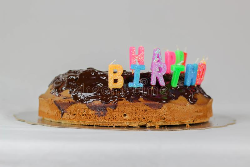 Bolo do feliz aniversario com o feriado vermelho do alimento da decoração da cor azul branca do fundo da tampa do chocolate color fotografia de stock royalty free