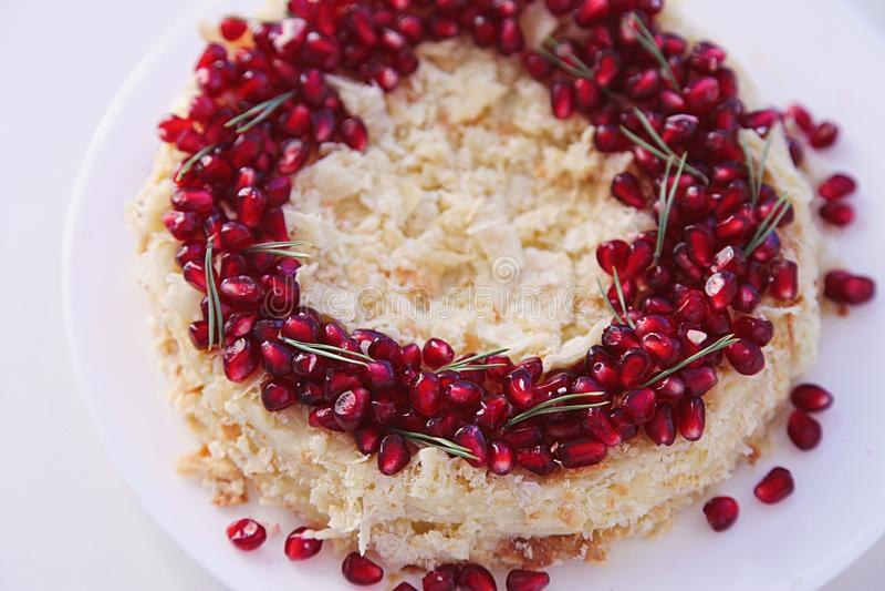Bolo do fruto do Natal, pudim na placa branca Sobremesa tradicional do ano novo fotografia de stock royalty free