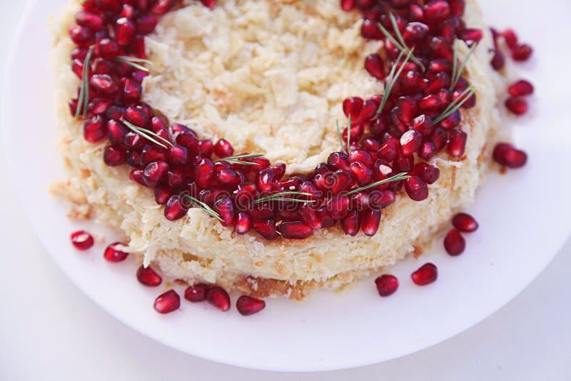 Bolo do fruto do Natal, pudim na placa branca Sobremesa tradicional do ano novo imagens de stock