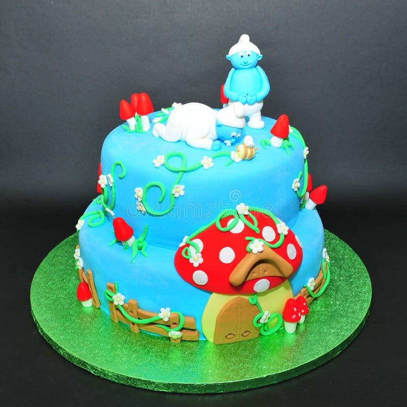 Bolo do fundente de Smurfs para aniversários das crianças imagem de stock royalty free