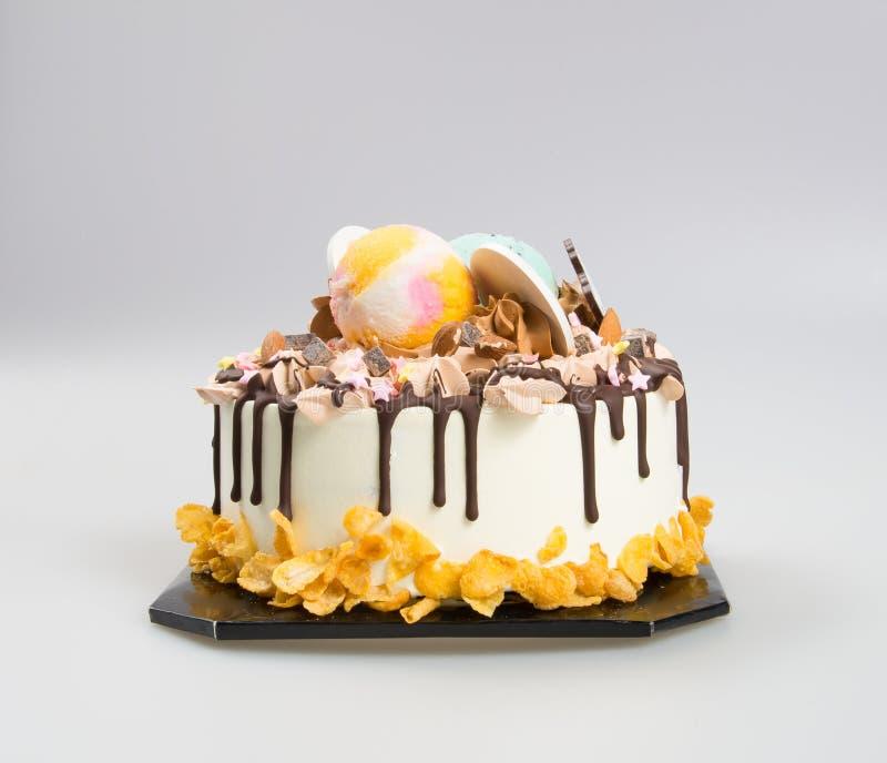 bolo do gelado do bolo ou do aniversário no fundo imagens de stock
