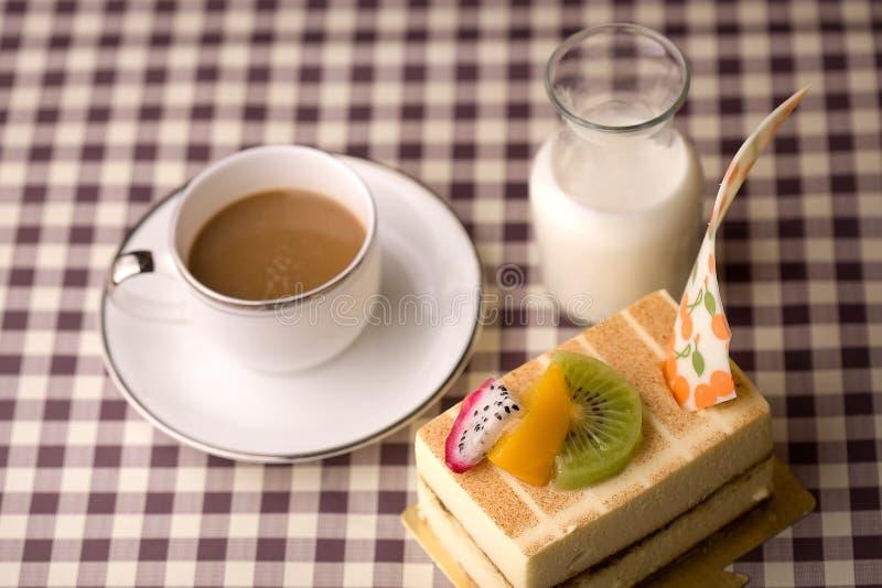 Bolo do leite e de café fotografia de stock