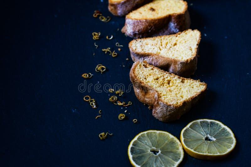 Bolo do limão de Bundt imagem de stock royalty free