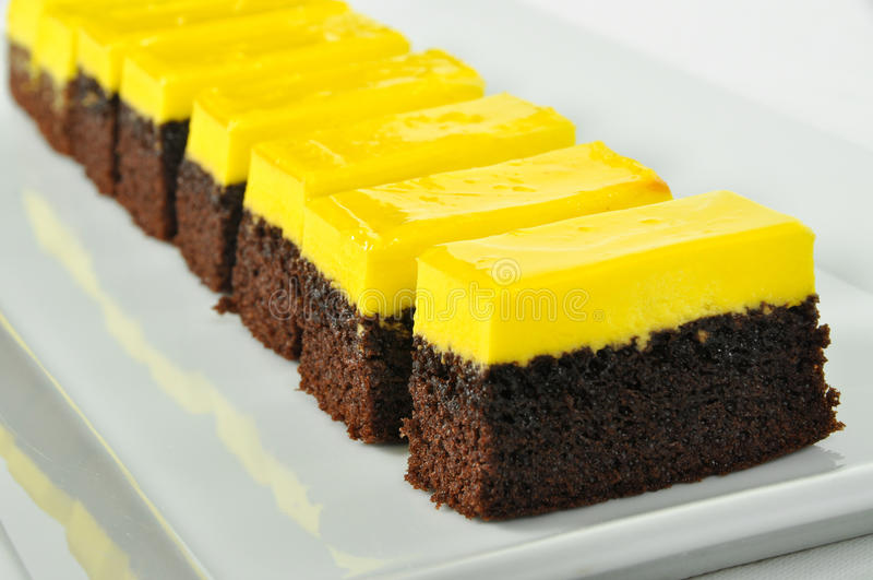 Bolo do limão e de chocolate fotos de stock royalty free