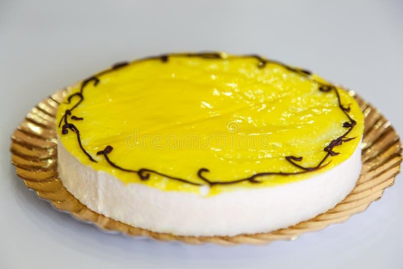 Bolo do limão em detalhe sobre o branco imagens de stock