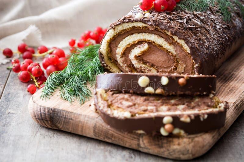 Bolo do Natal do log de yule do chocolate com corinto vermelho foto de stock