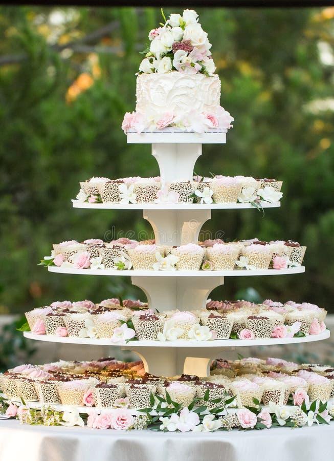 Bolo do queque do casamento fotografia de stock royalty free