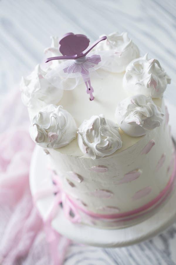 Bolo do rosa do ` s das crianças bolo do rosa do aniversário Bolo de aniversário estratificado fotografia de stock