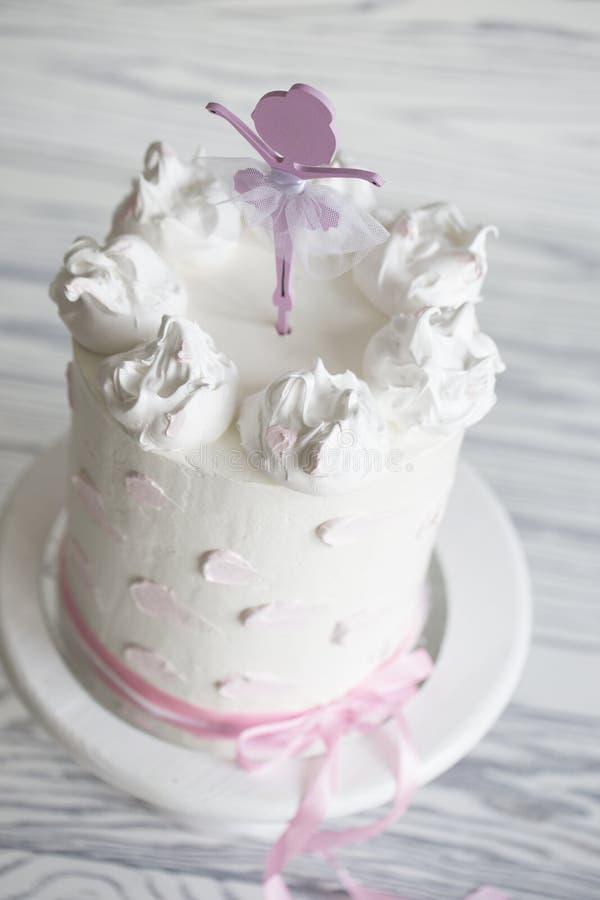Bolo do rosa do ` s das crianças bolo do rosa do aniversário Bolo de aniversário estratificado imagem de stock