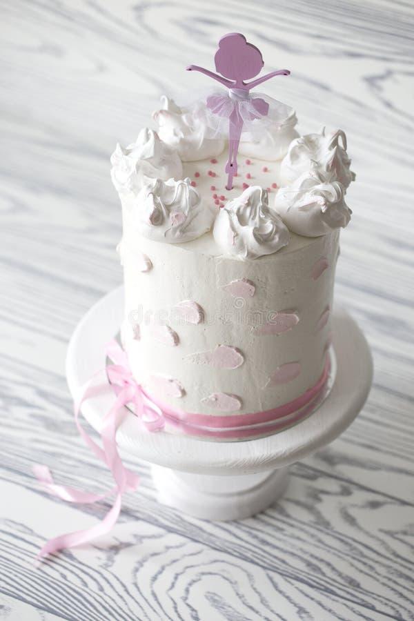 Bolo do rosa do ` s das crianças bolo do rosa do aniversário Bolo de aniversário estratificado foto de stock royalty free