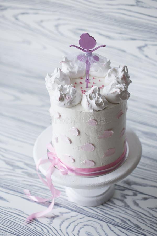 Bolo do rosa do ` s das crianças bolo do rosa do aniversário Bolo de aniversário estratificado imagens de stock royalty free