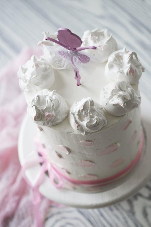 Bolo do rosa do ` s das crianças bolo do rosa do aniversário Bolo de aniversário estratificado imagem de stock royalty free