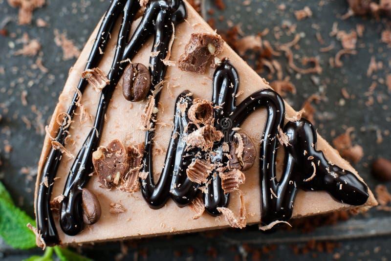 Bolo do souffle do cacau com molho e microplaquetas de chocolate foto de stock