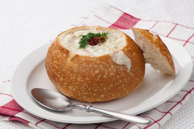 Clam chowder na bacia do pão fotografia de stock royalty free