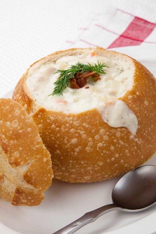 Clam chowder na bacia do pão imagem de stock