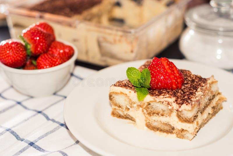 Bolo do Tiramisu, culinária italiana tradicional da sobremesa caseiro do tiramisu, foco seletivo foto de stock
