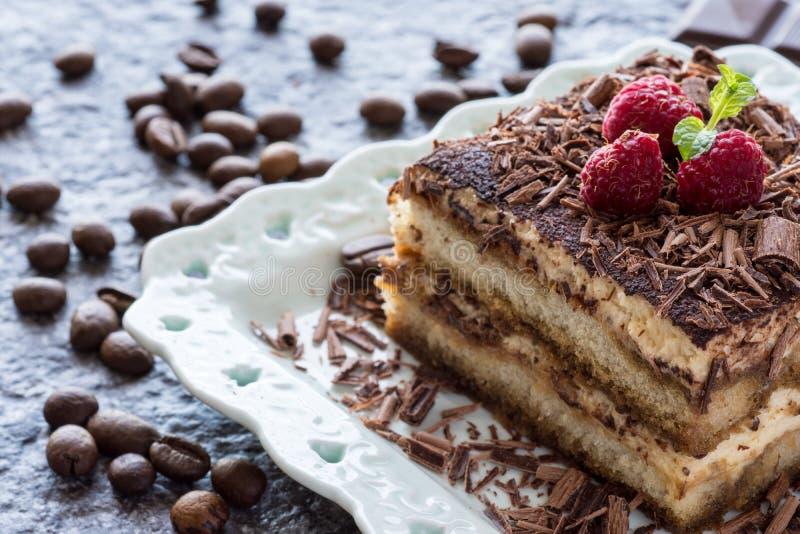 Bolo do Tiramisu da sobremesa com chocolate, a framboesa e a hortelã raspados fotografia de stock