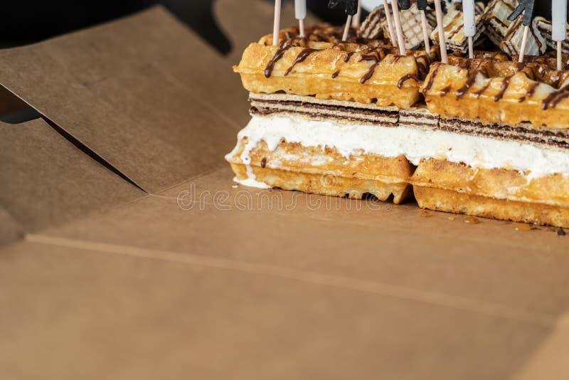 Bolo do waffle com chocolate e mel no bolo de aniversário fotografia de stock