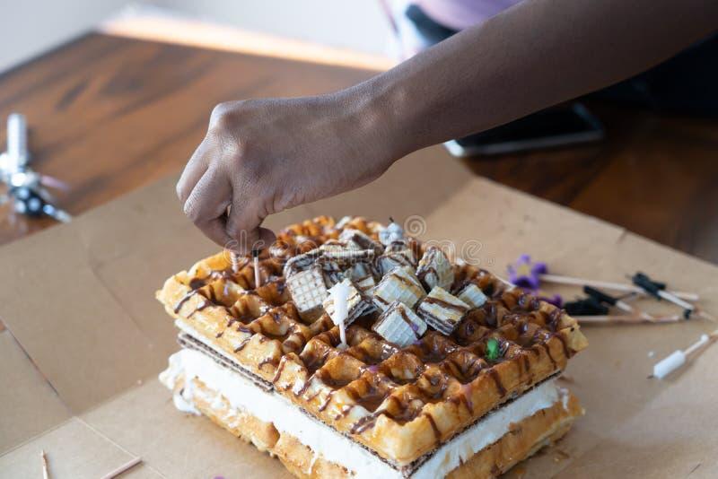 Bolo do waffle com chocolate e mel no bolo de aniversário imagens de stock royalty free