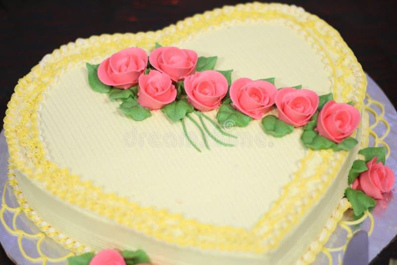 Bolo doce decorado com flores cor-de-rosa fotografia de stock royalty free