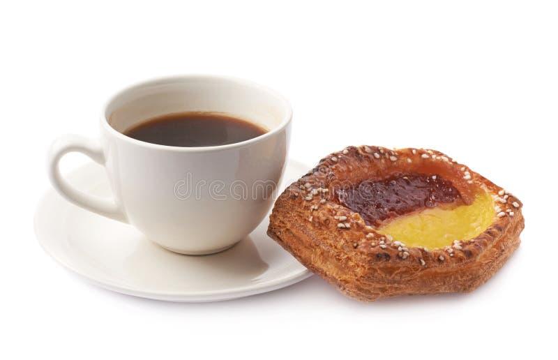Bolo doce e café da pastelaria isolados fotos de stock