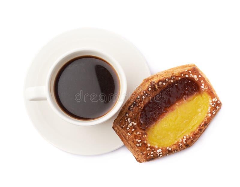 Bolo doce e café da pastelaria isolados imagem de stock royalty free