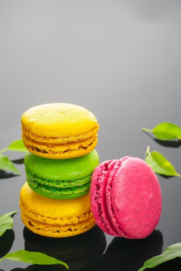 Bolo doce francês colorido da sobremesa dos bolinhos de amêndoa fotos de stock royalty free