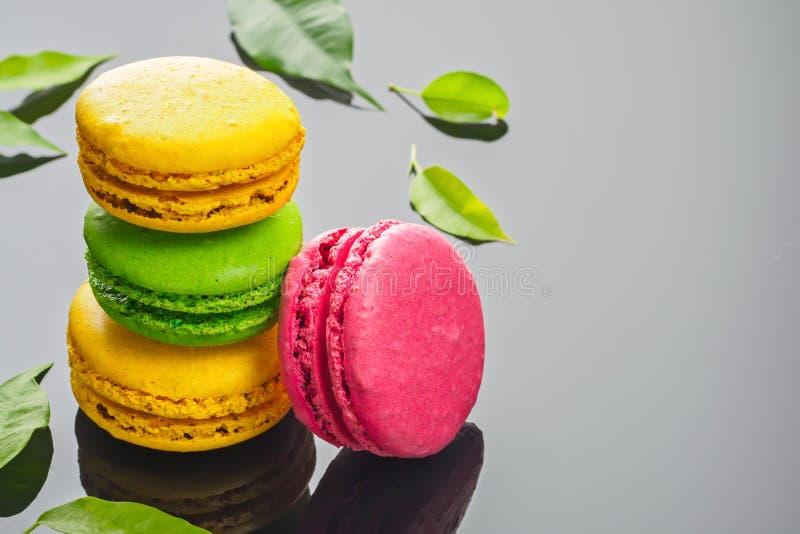 Bolo doce francês colorido da sobremesa dos bolinhos de amêndoa fotografia de stock
