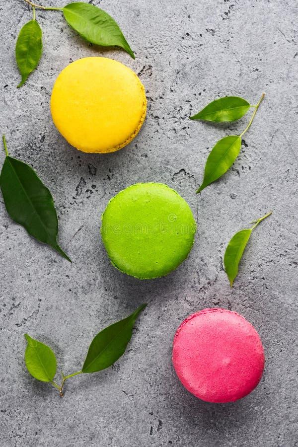 Bolo doce francês colorido da sobremesa dos bolinhos de amêndoa imagem de stock