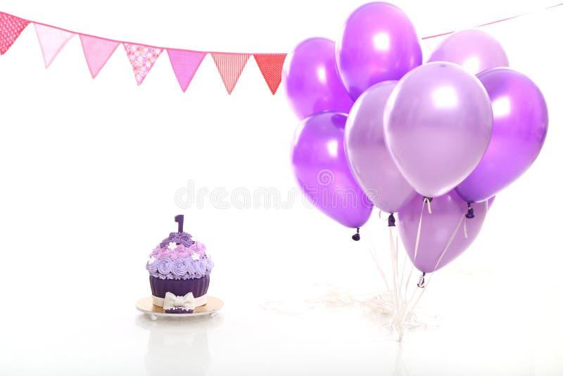 Bolo e balões de aniversário no fundo branco no estúdio fotografia de stock