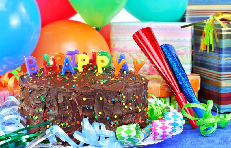 Bolo e balões do feliz aniversario imagens de stock
