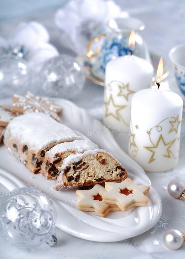 Bolo e bolinhos do Natal fotografia de stock royalty free