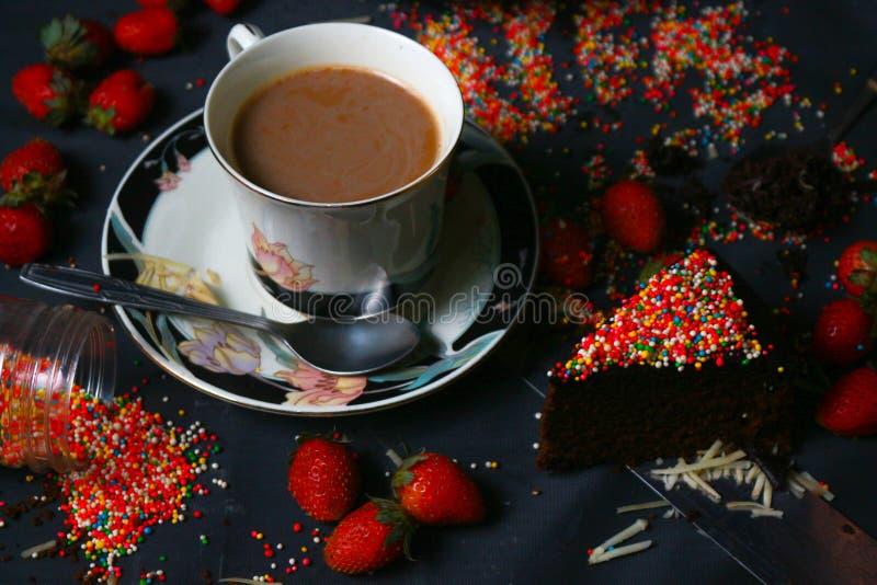 Bolo e café da brownie imagens de stock