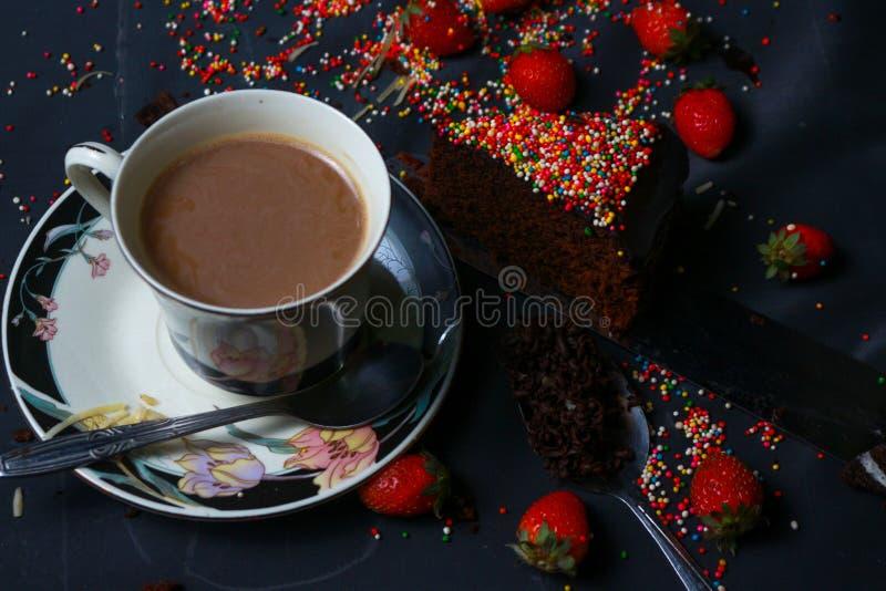 Bolo e café da brownie fotografia de stock royalty free