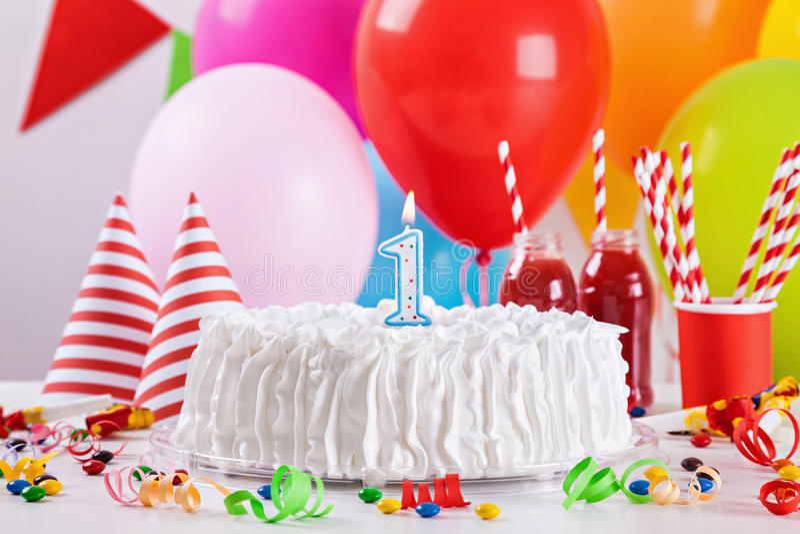 Bolo e decoração de aniversário fotografia de stock royalty free