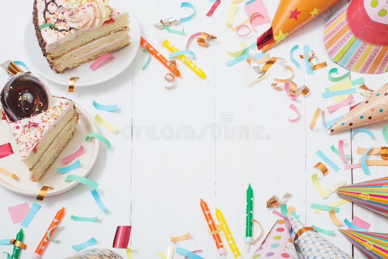 Bolo e decoração de aniversário no fundo de madeira branco imagens de stock