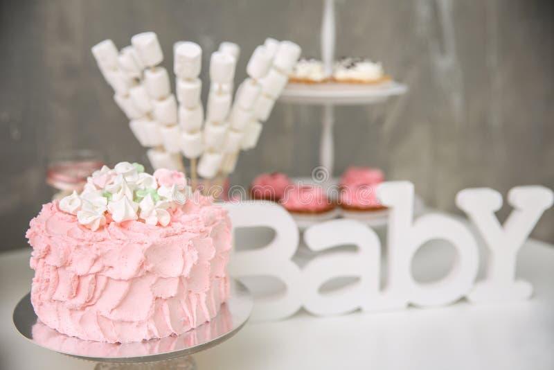 Bolo e doces de aniversário saboroso na tabela imagens de stock royalty free